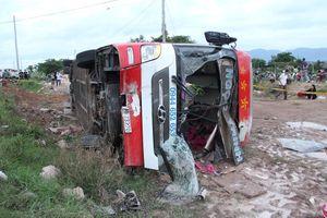 Xe khách chở 30 người lao khỏi đường rồi lật nghiêng vì tránh xe công nông