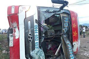 Xe khách chở 29 người lăn xuống ruộng vì 'né' xe công nông