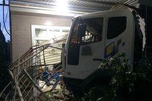 Xe tải đâm liên tiếp vào 3 nhà dân, 4 người may mắn thoát nạn