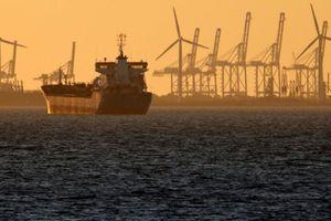 Giá dầu tăng mạnh do lệnh trừng phạt của Mỹ áp lên Iran
