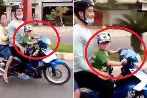 Clip: Bé trai lái xe máy chở 2 người phóng vun vút trên phố khiến dân mạng dậy sóng