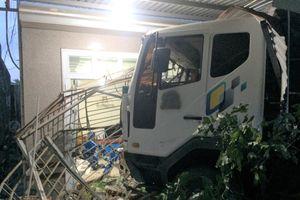 Xe tải mất lái đâm vào nhà dân, 4 người thoát chết