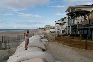 Chùm ảnh: Người dân bờ Đông nước Mỹ hối hả lo đối phó siêu bão 'quái vật' Florance