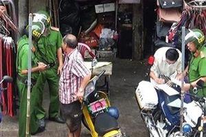 Sau tiếp thị sữa là đến ông bán dừa 'giúp' cảnh sát