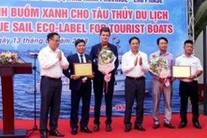 Trao logo Cánh buồm xanh cho tàu du lịch trên vịnh Hạ Long