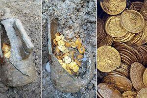 Phát hiện hũ chứa đồng xu vàng dưới tầng hầm nhà hát