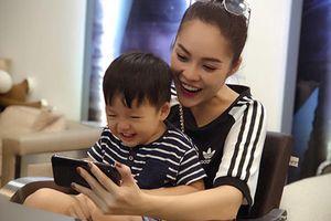 Khoảnh khắc yêu thương của Dương Cẩm Lynh bên con trai