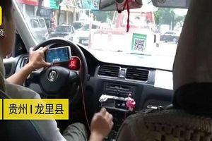 Phẫn nộ clip tài xế taxi vừa lái xe vừa tranh thủ chơi game