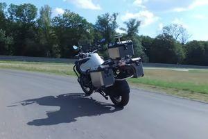 BMW 'trình diễn' môtô tự cân bằng trên đường thử