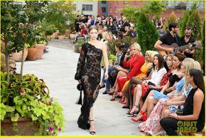 Chị em Bella và Gigi Hadid đọ dáng trên sàn diễn thời trang