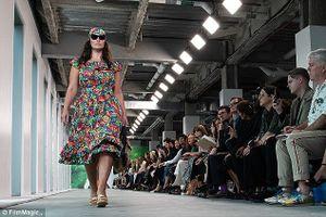 'Siêu mẫu béo' Ashley Graham tự tin sải bước trên sàn catwalk