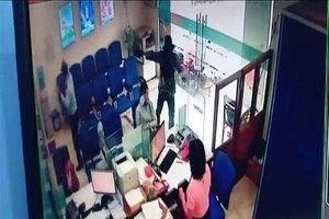 Camera ghi lại diễn biến vụ cướp ngân hàng táo tợn ở Tiền Giang