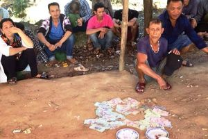 12 con bạc sát phạt nhau trước cổng chùa Hương Tích Hà Tĩnh
