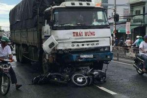 Xe tải hạng nặng tông 8 xe máy, 10 người bị thương