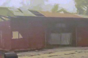Khoảnh khắc siêu bão Mangkhut 'quái vật' tốc bay mái nhà ở đảo Guam