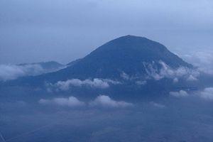 Vẻ kỳ vĩ của núi Bà Đen nhìn từ máy bay thời chiến tranh VN
