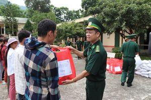 Tặng quà người dân và học sinh bị thiệt hại do mưa lũ ở Mường Lát