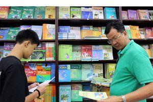 Nhiều bộ sách giáo khoa là đòi hỏi từ thực tiễn