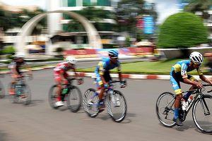 Các tay đua đẩy tốc độ 'chóng mặt' ở giải xe đạp quốc tế VTV
