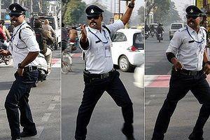 Tận mắt cảnh sát giao thông Ấn Độ phân làn đường bằng… khiêu vũ
