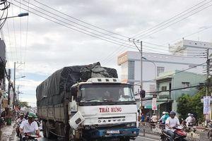 Xe tải đâm hàng loạt xe máy, 11 người bị thương nặng