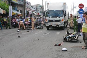 Xe tải tông 8 xe máy khiến 11 người bị thương đi cấp cứu
