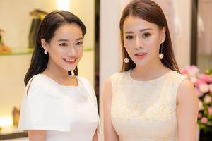 Sát ngày cưới, Nhã Phương vẫn chạy show, khoe sắc bên 'Quỳnh Búp Bê' Phương Oanh