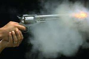 Đang ngồi nhậu trong nhà, nam thanh niên bị bắn 3 phát gục tại chỗ