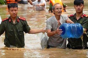 Đồng đội giúp đỡ Trung úy công an gặp nạn khi đi giúp dân chạy lũ