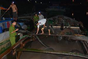 Bắt tại trận 3 thuyền khai thác cát trái phép trên sông