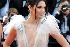 Trước khi lộ ảnh khỏa thân 100%, Kendall Jenner đã bao lần gây đau mắt vì thời trang mặc như không