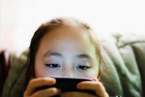 Áp dụng chiêu này để trẻ dửng dưng điện thoại