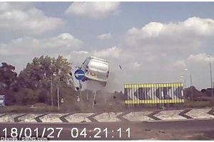 Phim hành động ngoài đời thực: Xe hơi mất phanh lao thẳng vào rào chắn, bị hất tung lên không trung