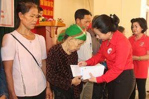 Nghệ An: Trao 300 suất quà cho bà con vùng lũ huyện Tương Dương
