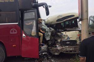 Hai xe khách 'đấu đầu' tại Quảng Ninh