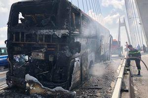 Hiện trường xe khách giường nằm cháy trơ khung trên cầu Bính, Hải Phòng