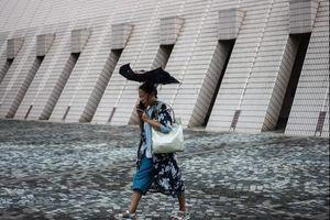 Bão Mangkhut chuẩn bị đổ bộ, dân Hong Kong, Trung Quốc gấp rút di tản