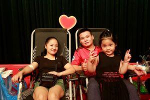 Hơn 100 đôi tình nhân cùng nhau hiến máu cứu người