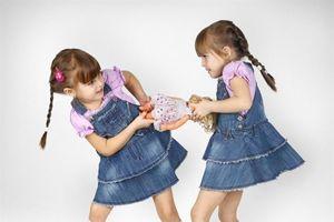 Có nên ép trẻ nhường đồ chơi cho bạn?
