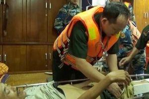 Vượt sóng lớn cứu ngư dân bị vỡ xương bánh chè trên biển