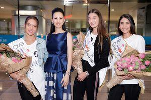 Paris Vũ ôm hoa sen ra sân bay đón Top 3 Hoa hậu Áo 2018