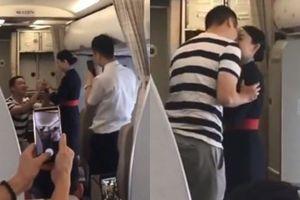 Nhận lời cầu hôn từ bạn trai trên máy bay, nữ tiếp viên hàng không nhận cái kết đắng lòng