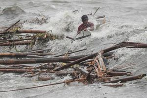 Nạn nhân Mangkhut sống sót thần kỳ giữa nước lũ cuồn cuộn