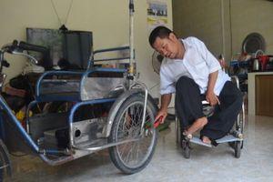Người đàn ông liệt chân chế xe cho người khuyết tật