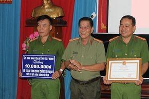 Khen thưởng hai tập thể xuất sắc đấu tranh phòng chống tội phạm