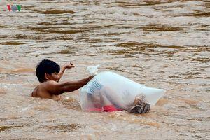 Bộ GTVT đề nghị khẩn trương xây cầu nơi có học sinh chui túi nilon để đến trường