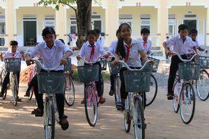 Nâng bước học trò nghèo Quảng Nam đến trường
