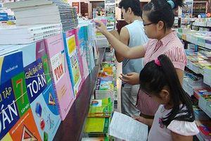 Độc quyền sách giáo khoa và hoa mắt với sách bài tập: Gây lãng phí lớn!