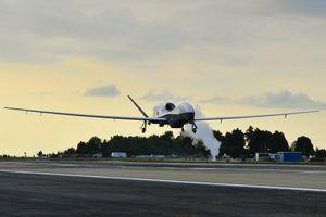 UAV 200 triệu USD của Hải quân Mỹ mài bụng trên đường băng
