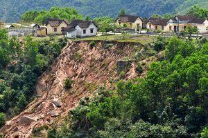 Dân làng vùng cao Quảng Ngãi lo 'hố tử thần' cuốn trôi nhà cửa